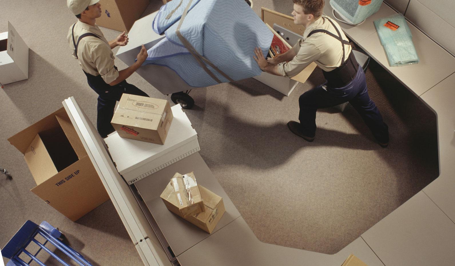 verhuizers in een ict kantoorpand