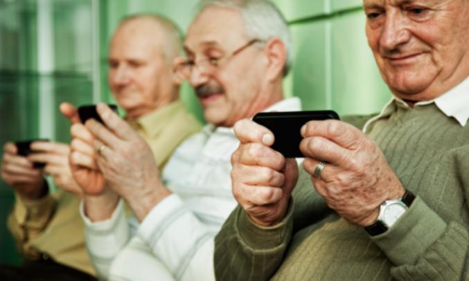 ouderen die digitaal communiceren