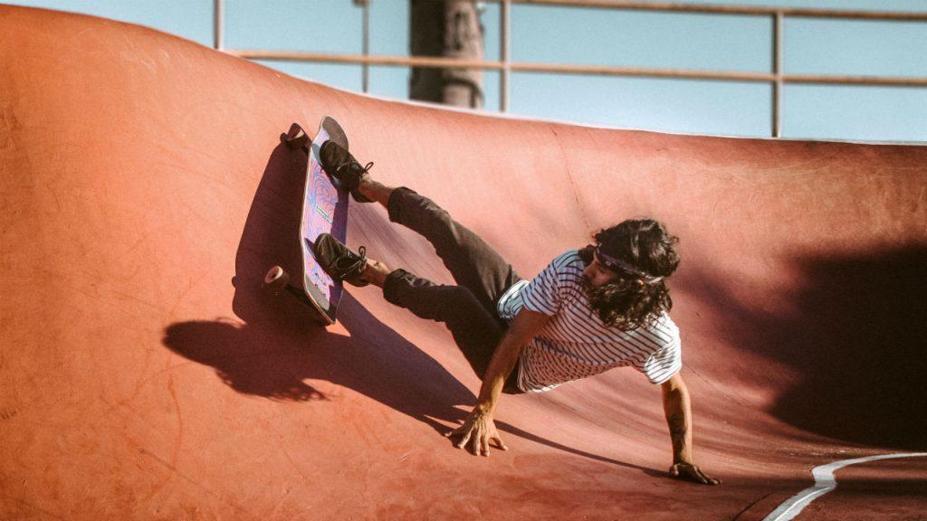 skateboarder met HUF kleding